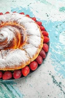 Vorderansicht zuckerpulverkuchen mit frischen roten erdbeeren auf dem hellblauen oberflächenkuchen-kekskuchen backen zuckersüßkeks