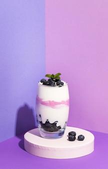 Vorderansicht zusammensetzung der gesunden frühstücksmahlzeit mit joghurt