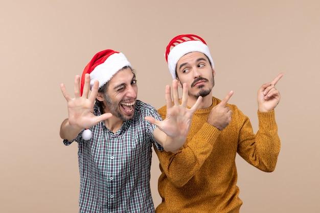 Vorderansicht zwei männer, von denen einer mit beiden händen hohe fünf macht und der andere etwas auf isoliertem hintergrund zeigt