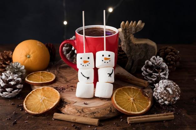 Vorderansichtanordnung der köstlichen weihnachtsschale der heißen schokolade
