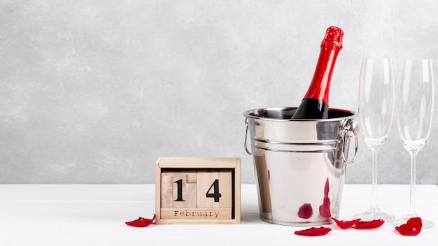 Vorderansichtanordnung für valentinstagabendessen auf tabelle