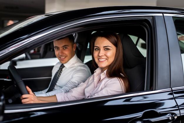 Vorderansichtautohändler, die auto prüfen