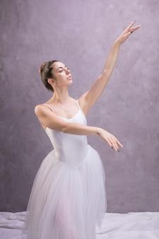 Vorderansichtballerina, die weg schaut