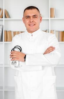 Vorderansichtdoktor, der ein stethoskop hält
