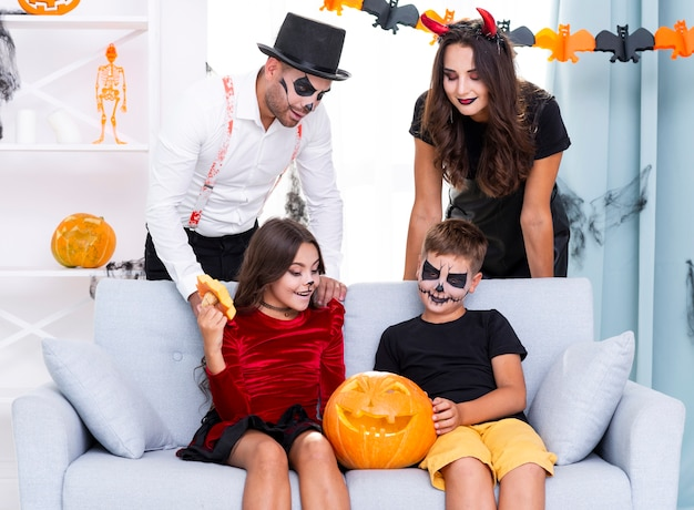 Vorderansichtfamilie bereit zu halloween