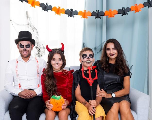 Vorderansichtfamilie, die für halloween aufwirft