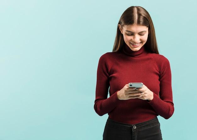 Vorderansichtfrau an ihrem telefon