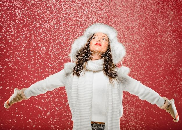 Vorderansichtfrau, die den schnee genießt