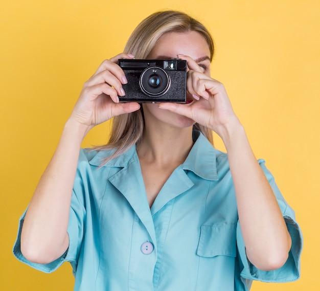 Vorderansichtfrau, die ein foto macht