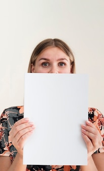 Vorderansichtfrau, die eine modellzeitschrift hält