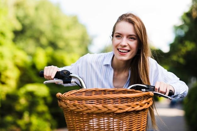 Vorderansichtfrau, die fahrrad fährt