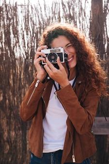 Vorderansichtfrau, die fotos macht