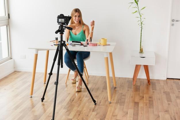 Vorderansichtfrau, die für blog filmt