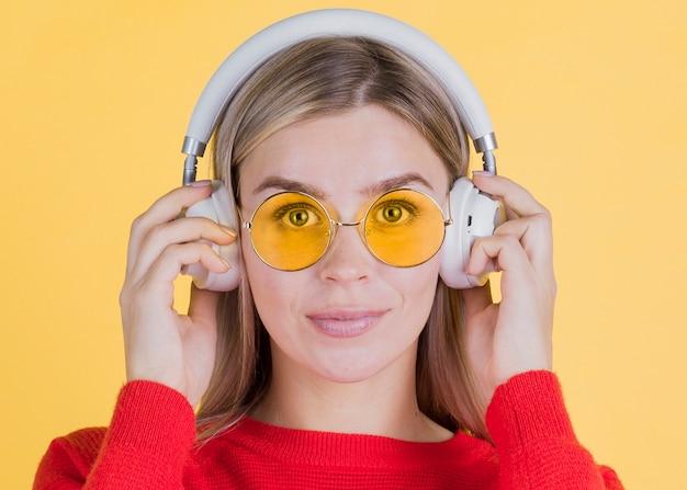 Vorderansichtfrau, die gelbe gläser trägt