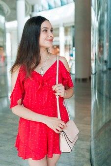 Vorderansichtfrau, die im einkaufszentrum steht
