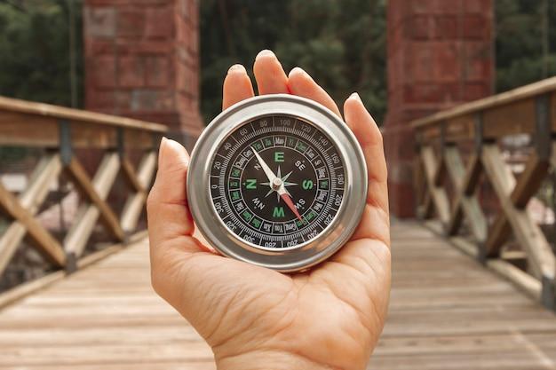 Vorderansichtfrau, die kompass hält