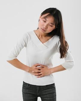 Vorderansichtfrau, die magenschmerzen hat