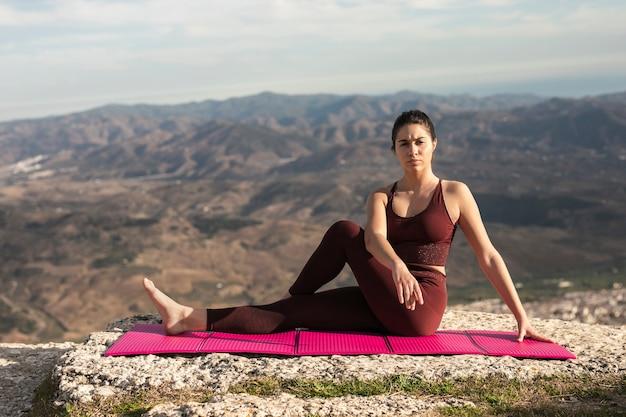 Vorderansichtfrau, die nach yogapraxis sich entspannt