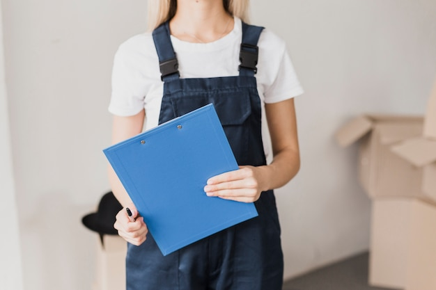 Vorderansichtfrau, die papierklemmbrett hält