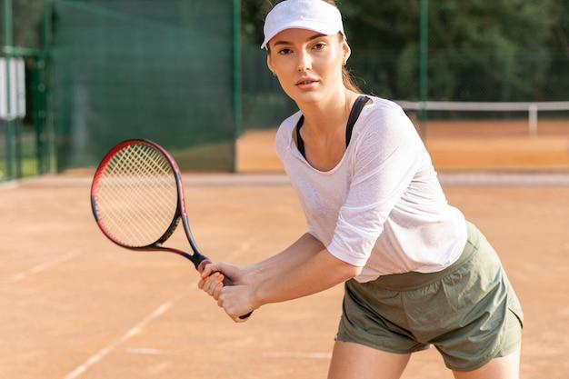 Vorderansichtfrau, die tennis spielt