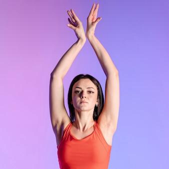 Vorderansichtfrau, die übungen tut