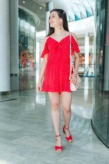 Vorderansichtfrau im einkaufszentrum, das weg schaut