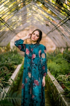Vorderansichtfrau in einem grünen haus