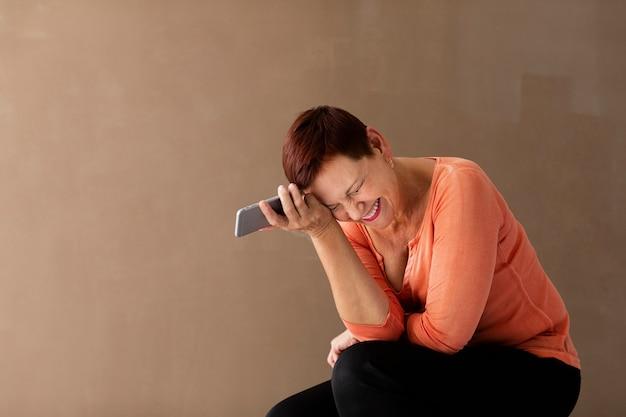 Vorderansichtfrau mit dem kurzen haar und telefon