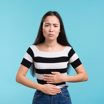 Vorderansichtfrau mit magenschmerzen
