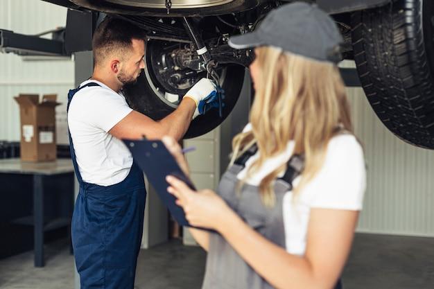 Vorderansichtfrau und -mann bei der service-arbeit