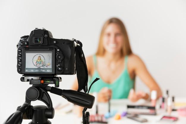 Vorderansichtfrau zu hause, die tutorials filmt