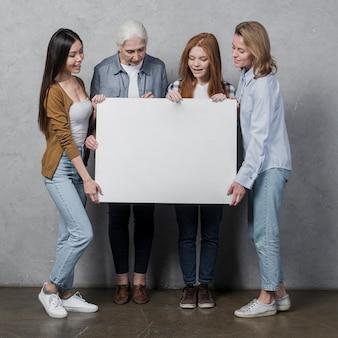 Vorderansichtfrauen, die ein zeichen zusammenhalten