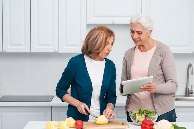 Vorderansichtfrauen, die zusammen kochen
