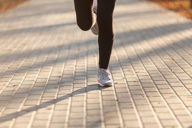 Vorderansichtfrauenbeine, die draußen laufen