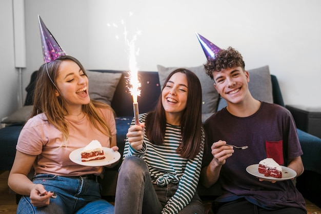 Vorderansichtfreunde, die geburtstag feiern