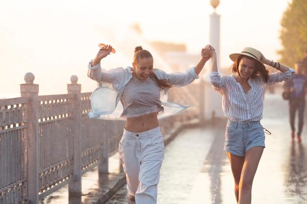Vorderansichtfreunde, die zusammen einen spaziergang machen