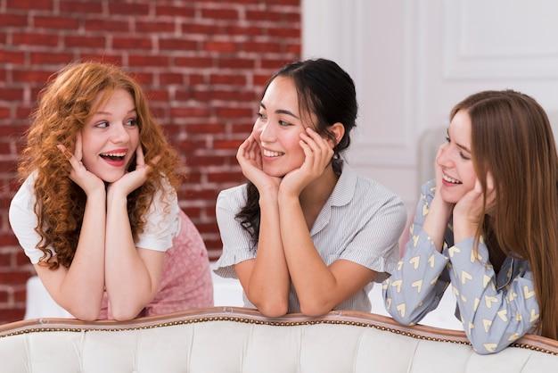 Vorderansichtfreundinnen, die pyjama-party haben