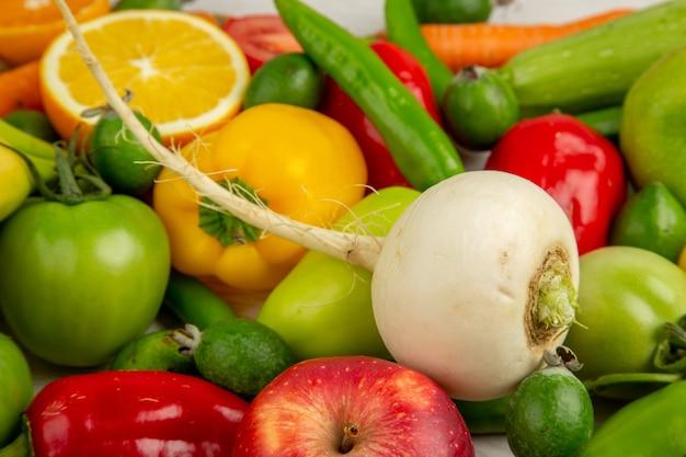 Vorderansichtgemüsezusammensetzung mit früchten auf weißem hintergrunddiätsalatgesundheitsreifes farbfoto