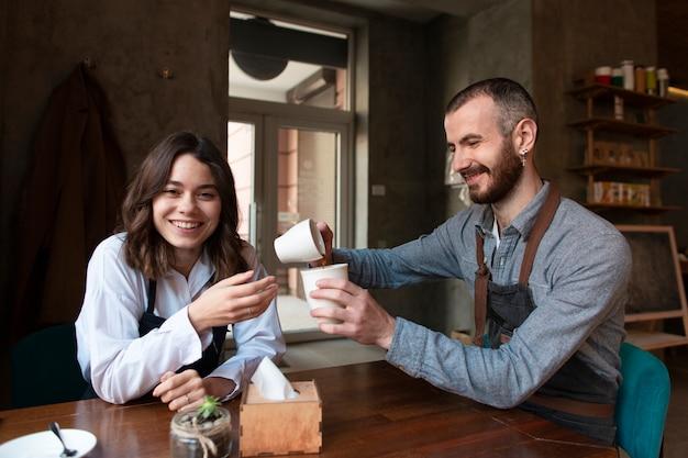 Vorderansichtgeschäftstreffen mit kaffee