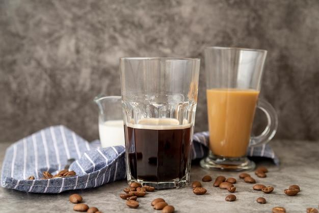 Vorderansichtgläser mit kaffee