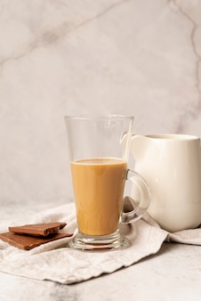 Vorderansichtglas milchkaffee mit schokolade