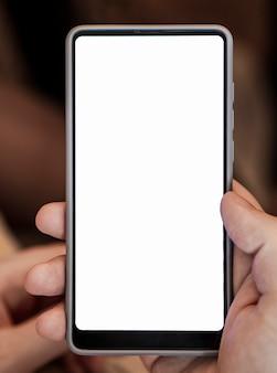 Vorderansichthand, die telefonmodell hält