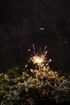 Vorderansichthandfeuerwerk mit schwarzem hintergrund