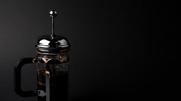 Vorderansichtkaffeekessel mit schwarzem hintergrund