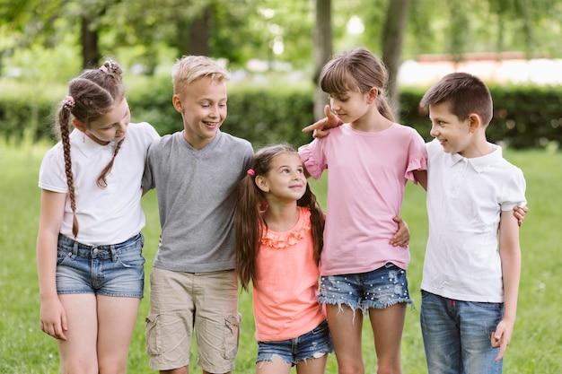 Vorderansichtkinder, die zusammen aufwerfen