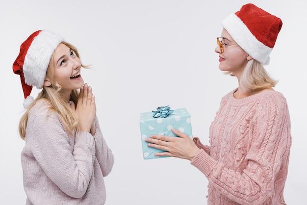 Vorderansichtmädchen, die geschenke austauschen