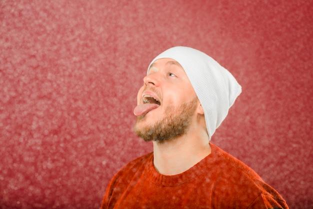 Vorderansichtmann, der den schnee genießt