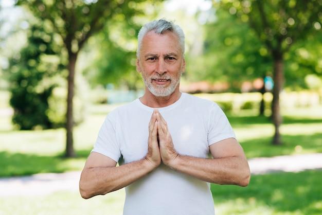 Vorderansichtmann mit den händen in meditierender position