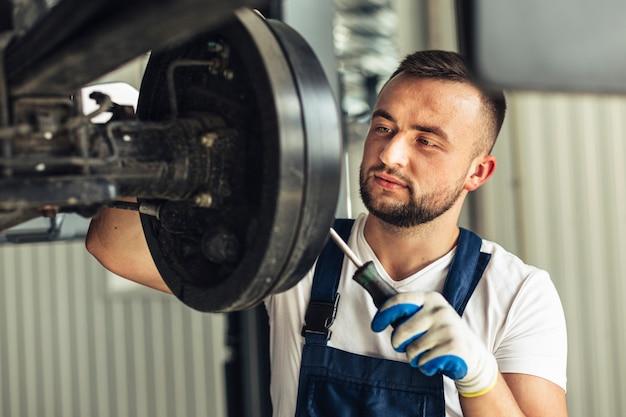 Vorderansichtmechaniker-mannangestellter