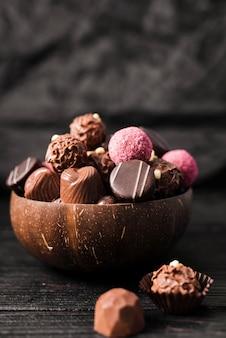 Vorderansichtmischung von süßigkeiten in der schüssel
